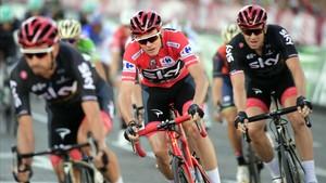 Froome, arropado por sus compañeros del Team Sky, en la última etapa de la Vuelta 2017.