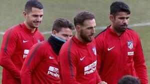 Costa, el primero por la derecha, y Vitolo, el primero por la izquierda, en un entrenamiento con el Atlético