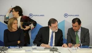 Sáenz de Santamaría, Cospedal y Rajoy, ayer, en Madrid.