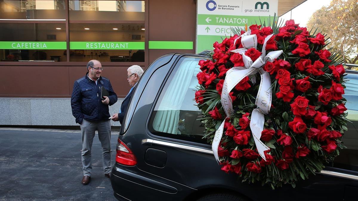 ealos41559723 coche funerario al fondo la cafetera de sancho de vila