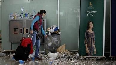 La brutícia s'acumula al Prat per una vaga dels treballadors de neteja
