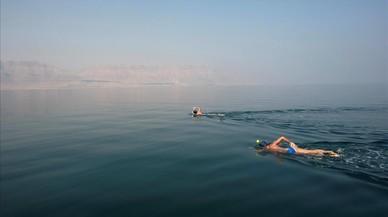 Activistas ambientales participan en The Dead Sea Swim Challenge nadando desde la costa jordana a la israelí para llamar la atención sobre las amenazas ecológicas que enfrentan el Mar Muerto en Israel.