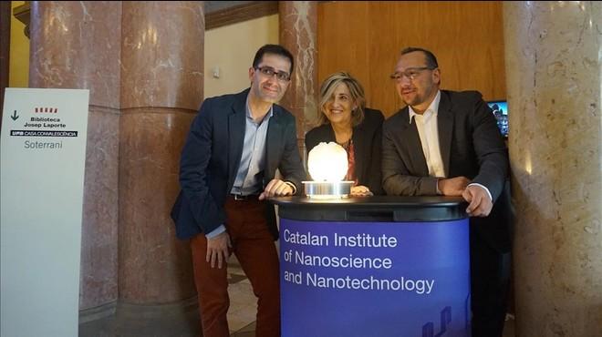 Los investigadores Jos�Antonio Garrido (ICN2), Rosa Villa (CNM) y Kostas Kostarelos (University of Manchester), durante la reuni�n del proyecto Graphene Flagship en Barcelona.