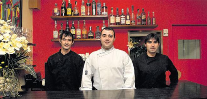Dani Lechuga (en el centro), entre Jorge García y Patrick Picarín, tras la barra de servicio de Caldeni.