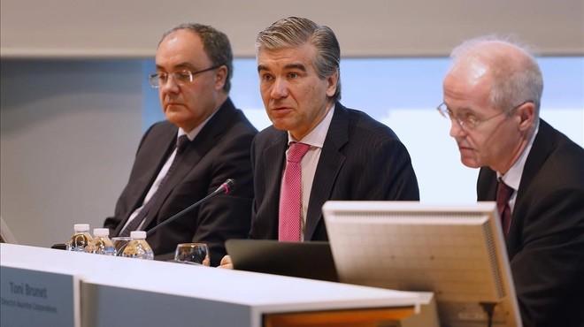De izquierda a derecha, Tob�as Mart�nez, Francisco Reyn�s y AntoniBrunet, director de Asuntos P�blicos y Corporativos