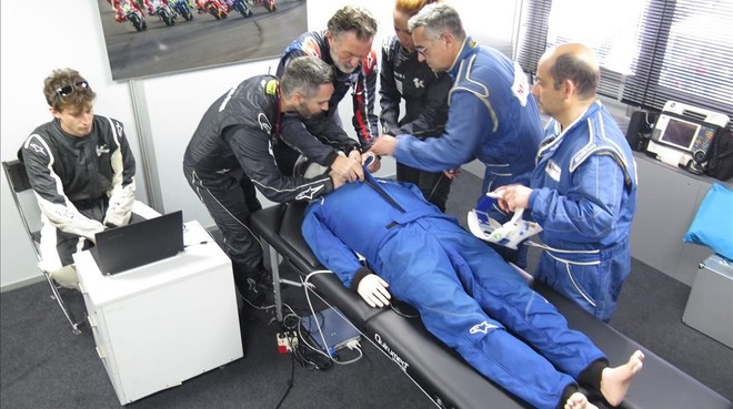 El equipo del doctor Ángel Charte practicó ayer, en Jerez, con el maniquí que finge lesiones graves.