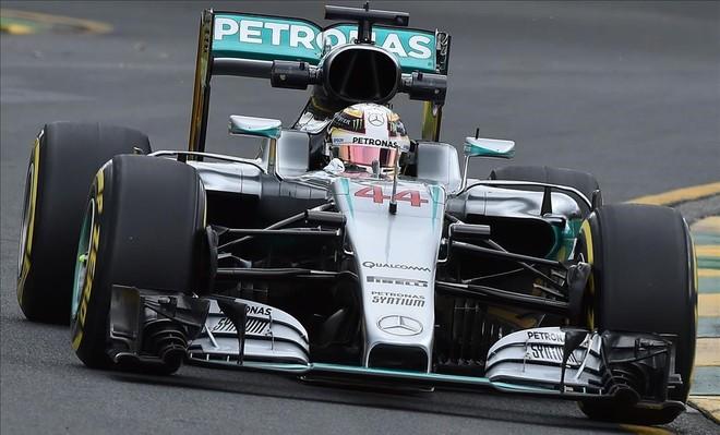 Hamilton conduce su Mercedes, camino del debut en la F-1 2016. �