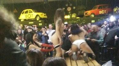 Imagen donde se pueden ver dos de las mujeres que participaron el sábado en el espectáculo de alto voltaje sexual en The Bot de Mataró.