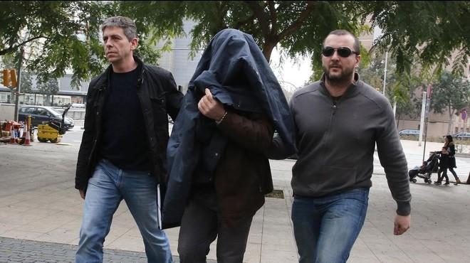 Joaquim Ben�tezentraen la Ciutat de la Just�cia de BCN custodiado por dos mossos.