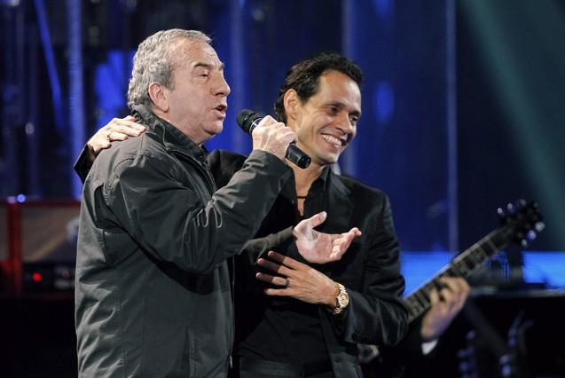 Marc Anthony y Jos� Luis Perales cantan a d�o 'Y c�mo es �l'