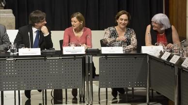 Carme Forcadell, Carles Puigdemont, Oriol Junqueras, Ada Colau, Dolors Sabate yNeus Munte, en la cumbre sobre la futura ley antidesahucios, este viernes en el Palau de la Generalitat.