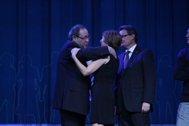 Sánchez de Toledo, ganador del Català de l'Any, abraza a la finalista Forcadell, con el 'president' Artur Mas detrás.