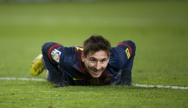 Partido entre el Barça y el Athletic, Messi sonrie en el suelo tras desaprovechar una ocasión de gol.