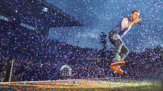 El l�der del grupo brit�nico Coldplay, Chris Martin, durante el concierto que la banda ofrece esta noche en el Estadio Ol�mpic de Montj�ic.