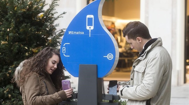 Tarragona utiliza las cañerías de agua potable para cargar móviles en la calle