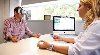 La psic�loga Ariadna Torres dirige una sesi�n virtual de 'mindfulness'. Tras las gafas, uno se puede trasladar al campo, al fondo del mar o a una isla.