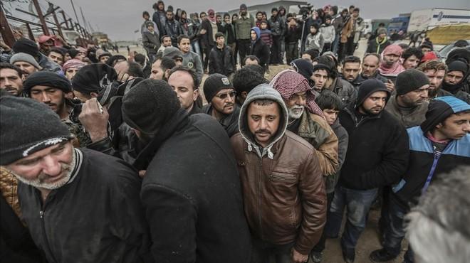 Miles de refugiados sirios se agolpan en la frontera con Turqu�a, huyendo de los bombardeos del Ej�rcito de Asad y de Rusia para recuperar Alepo.