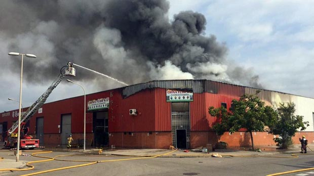 Espectacular incendi en un polígon de Badalona
