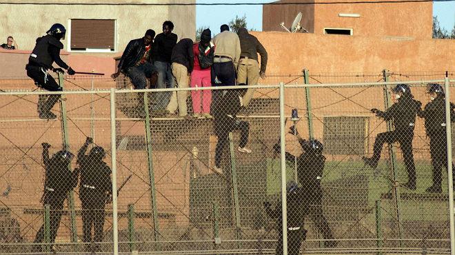 Desenes d'immigrants protagonitzen un nou intent de salt de les tanques de Melilla