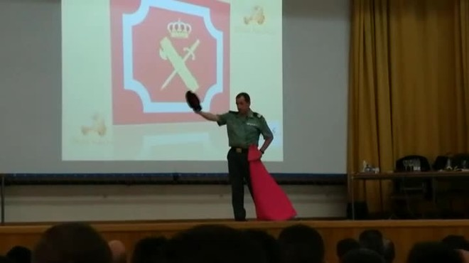 El vídeo d'una classe magistral de tauromàquia a l'acadèmia de la Guàrdia Civil