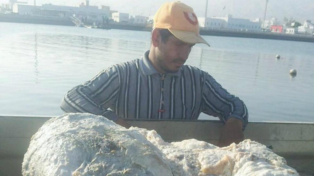 El pescador Khalid Al-Sinani, con su hallazgo.