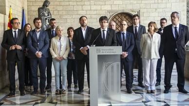 El president de la Generalitat, Carles Puigdemont, durante la declaración institucional en la Galería Gótica del Palau de la Generalitatdespués de la reunión extraordinaria del Consell Executiu.