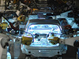�Un robot, en la l�nea de montaje de un Volkswagen, en la planta de Wolfsburg, en una imagen de archivo.