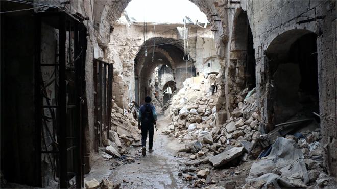 Un miliciano camina por entre las ruinas que han dejado los bombardeos en el zoco antiguo de Alepo, una ciudad habitada desde hace 7.000 a�os.