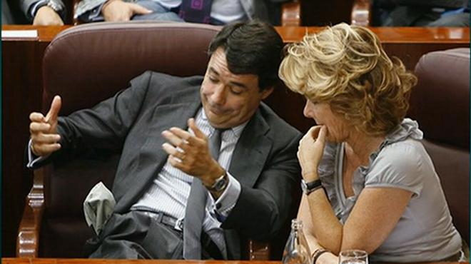 Esperanza Aguirre, obligando a Ignacio González a vaciarse los bolsillos, en 'El intermedio' (La Sexta).