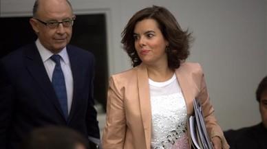 El ministro de Hacienda en funciones, Crist�bal Montoro, y la vicepresidenta del Gobierno en funciones, Soraya S�enz de Santamaria, antes de iniciar la rueda de prensa posterior al Consejo de Ministros.