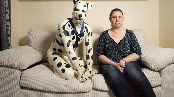 Tom o Spot, junto a su actual novia, que tolera su afici�n perruna.