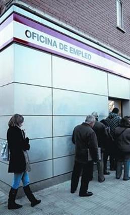 El paro empuja a las amas de casa a irrumpir en el mercado for Oficina de empleo barcelona