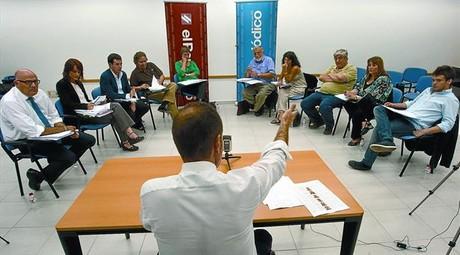 Los cinco diputados del Parlament (a la izquierda) y los cinco ciudadanos, en un momento del debate moderado por el director de EL PERIÓDICO, Enric Hernàndez, el martes pasado.