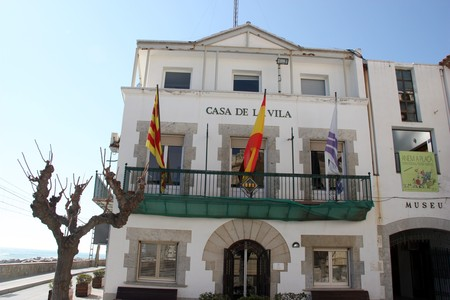 La faana de l'Ajuntament de Sant Pol de Mar, amb la bandera espanyola al centre del balc.