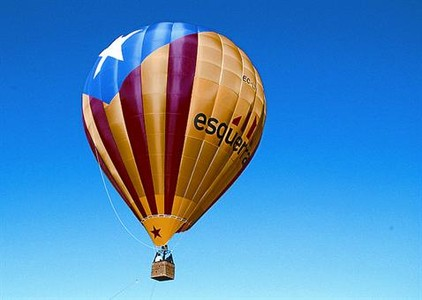 Vuelo 8 El globo con la 'estelada' inicia su recorrido, ayer, en Igualada.