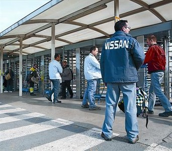Acceso de trabajadores a la fbrica de Nissan en la Zona Franca de Barcelona.
