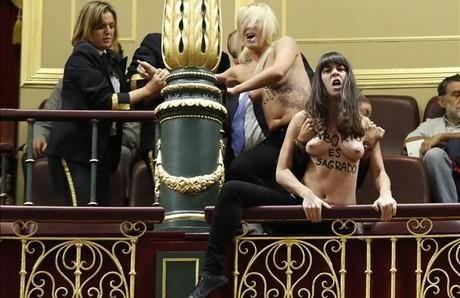 Dos de las tres feministas que han reivindicado en el pleno del Congreso el derecho al aborto, este miércoles, 9 de octubre. JUAN MANUEL PRATS