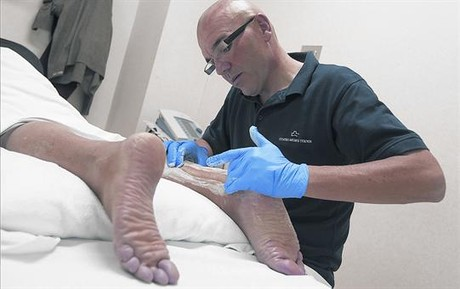 MASAJE FISIOTERAPÉUTICO. Huélamo aplica una friega en la zona afectada por una tendinitis de Aquiles posquirúrgica.