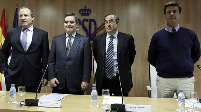 De izquierda a derecha, Jesús Terciado (Cepyme), Juan Rosell (CEOE), Miguel Cardenal (Consejo Superior de Deportes) y Cayetano Martínez de Irujo (Asociación de Deportistas).