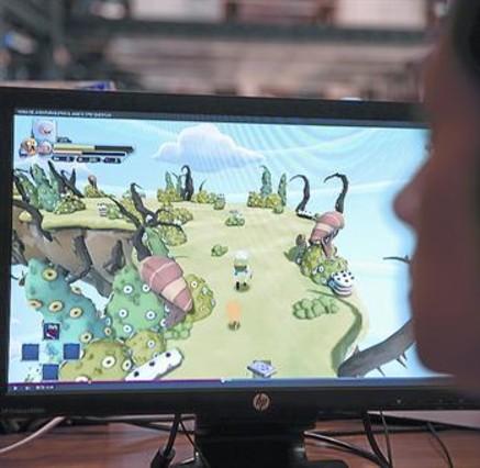 Una usuaria de internet, ante un canal de juegos de Youtube.