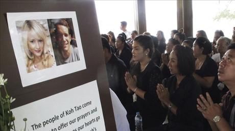Unos tailandeses rezan ante la fotograf�a de los dos brit�nicos asesinados.