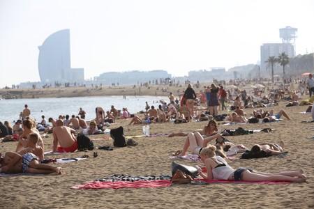 Gente tomando el sol y ba��ndose en la playa del Somorrostro de Barcelona, el pasado d�a 19.