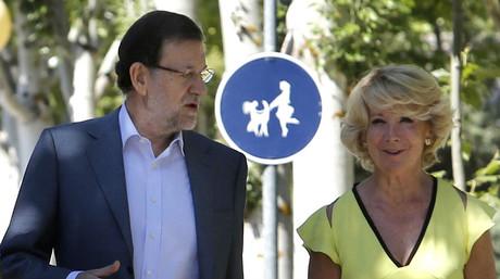 Rajoy y Aguirre conversan en Madrid, tras clausurar la Escuela de Verano del PP, el pasado 12 de julio.