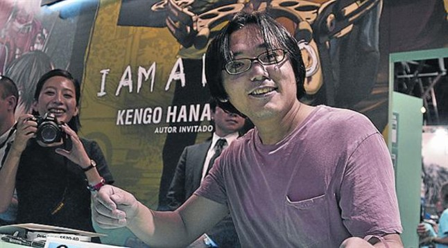 El dibujante Kengo Hanazawa, atendiendo a los fans en el salón.