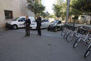 El alcalde, Antonio Balmón, y el vicepresidente de Transporte y Movilidad de la AMB, Antoni Poveda, durante la presentación de los vehículos eléctricos en Cornellà.