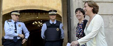 Colau pasa ante la Guardia Urbana en el ayuntamiento, este jueves.