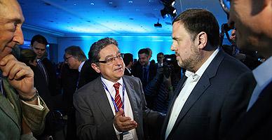 El presidente de ERC, Oriol Junqueras, hablando con el diputado del PPC Enric Millo, en Sitges.