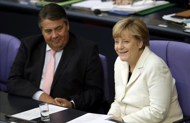 Angela Merkel, junto a su vicecanciller y líder del SPD, Sigmar Gabriel, en el Bundestag.