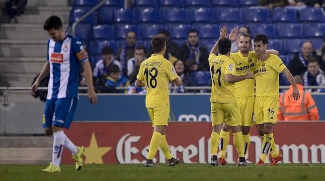 Los jugadores del Villarreal felicitan a Trigueros por su gol al Espanyol en Cornellà.