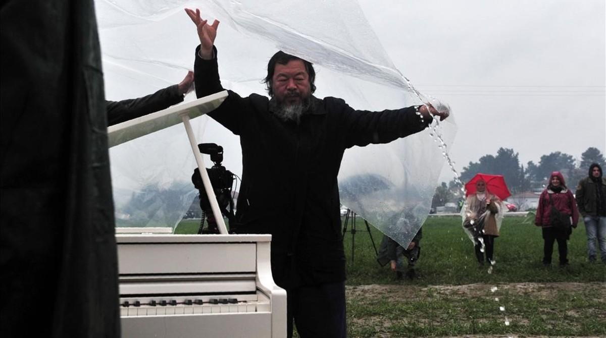 El artista chino Ai Weiwei organizador del concierto simbólico en el campo de refugiados.